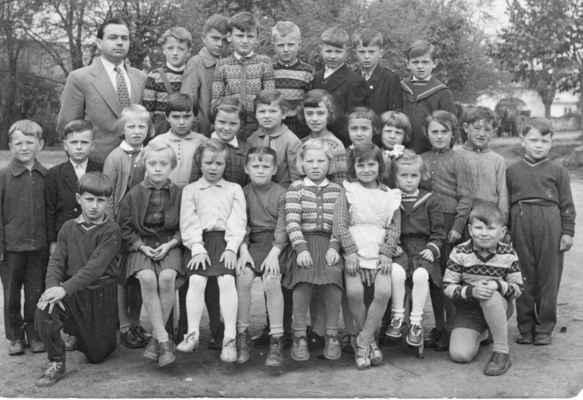 asi 1959 školáci - shora: řídící Hajšman, V.Batěk,x,x,O.Fremr, M.Vacek,x,x prostřední řada zleva: V.Krňoul, x, x,x,x,x,x,x,x,x,x, J,Kvídera dole zleva: x, M.Nohovcová,x,x,x,J.Šloufová, E.Prepslová,B.Vacek