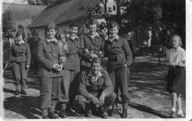 hasičky v roce cca 1959 - x, V.Zvoníková,Beková, D.Fremrová, dole Josef Kašpar