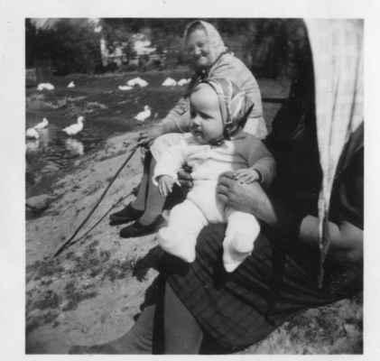 1961 - u rybníku na Bambousku - 1961 - babky koupou husy v rybníku na Bambousku (ta malá je Alena Kašparová)