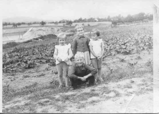 1964 - koupaliště - 1964 - děti u koupaliště (zleva Alena Kašparová, Pavla Havlová, Jarka Kašparová a Honza Rous)