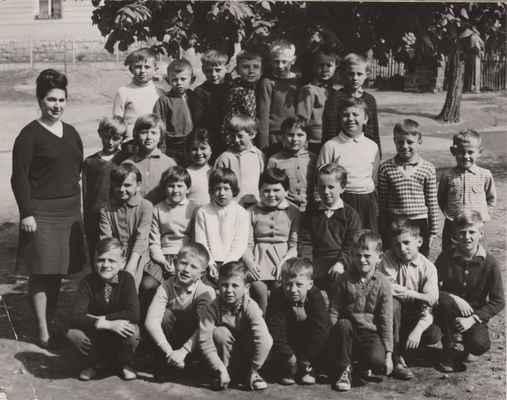 1965 ZDŠ Losiná - Asi 1965 - 3 a 4 třída:Láďa Velíšek,Venca Kraft,Venca Bittengl,Emanuel Veselý,Jirka Loukota,Milda Černý,Venca Štěpán---učitelka Jana Tólgová,Jirka Vlasák,Stáňa Rochová, Marta Saková,Jana Fajfrlíková,Libuš Suchá,Hana Nelibová,Pepík Neliba,Pavel Liška---Maruš Fremrová, Jana Opalecká,Ivana Matheislová, Dolejšová, Dana Pýchová,--- dole zleva Jirka Vavrejn,Václav Mašek,Franta Sopek, Sláva Tomrdle,Honza Fajfrlík,Karel Altman, a Venca Benda