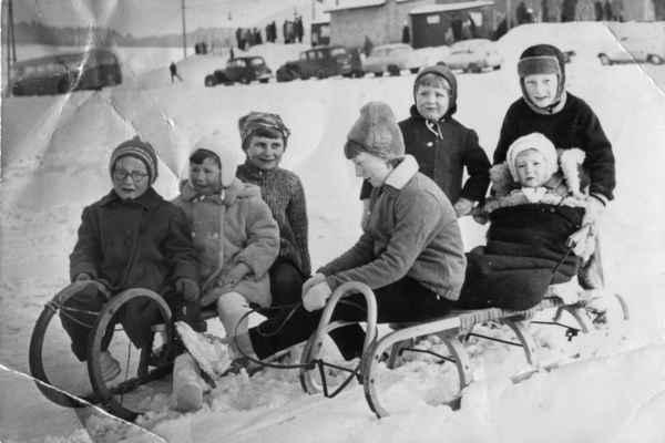 1965 - na hřišti - 1965 - hraje se již na zimním stadionu, ale fotbalové hřiště je jen louka. (zleva: Pavla Havlová(Lišková), dvě její setřenice, Maruš Rousů, Alena Kašparová, Honza Rous a v pytli Petr Havel