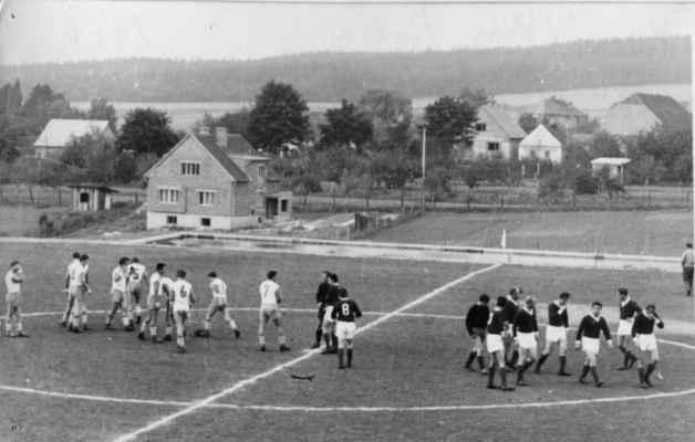 1966 - na fotbale - 1966 - zahájení provozu fotbalového hřiště. Zajímavostí je i vpravo nahoře štít později zbourané hospody u Kraftů.