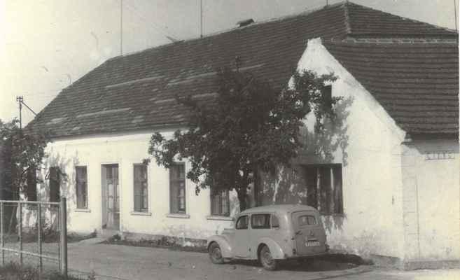 1970x-hostinec U Kraftů - 1970x-hostinec U Kraftů , boční vchod do sálu, auto patří Janu Matulkovi