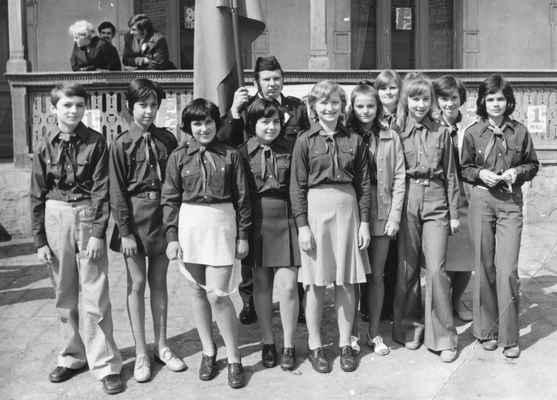 """1976 - mladí hasiči - mladí hasiči v roce 1976 : Lojza Balíček, Věra Kilbergerová, Mirka Železná, Věra Matulková, Marcela Železná, Pavla Kašparová, Jarka Kašparová( od Jandů), Drahuš Kašparová (od Tomšů), Lída Stará a Blanka Matasová a pod praporem """"Bambula"""" Bohouš Vacek"""