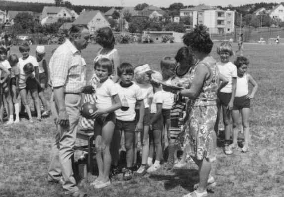 1979 - 1.máj - 1979 - oslavy 1.máje : soutěže dětí ZŠ v Losiné - ředitel František Hajšman a paní učitelka Jana Žandová (2.dítě v řadě je Jarda Kreuzman, předposlední Tomáš Němec a poslední Vavřička)