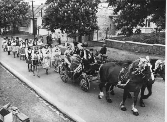 1980 - staročeské máje - 1980 - staročeské máje (koně řídí Václav Loukota a malý Honza Matulka)