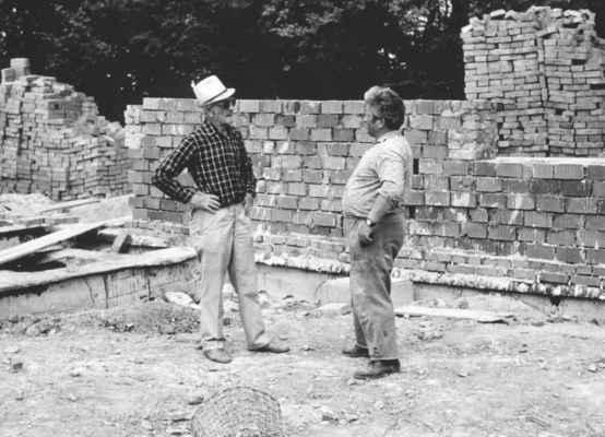 1980 - stavba školky - 1980 - stavba mateřské školy - stavitel ing. Nohovec a starosta Tomrdle zvaný Vápeníček
