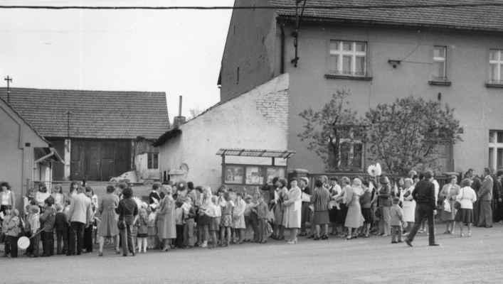 1982 - 1.máj - 1982 - začátek průvodu 1. máje na zastávce ČSAD na Bambousku (pěkně podle věku: malé jiskřičky, po nich s šátky pionýři, následovaní soudružkami ženami ...