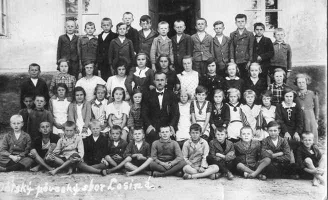 1935?- dětský pěvecký sbor učitele Třasohlavého - horní řada zleva: Bohouš Vacek,x,x, Láďa Velíšek,nad ním Laďa Loukota, Nekola?, x, Loukota Milouš, x, Láďa Kašpar, x,x,x  3.řada: Filip, x,x,x, L.Fialová-Tkáčová, x,x,x Štolcbartová?, Štolcbartová?, x,x  2.řada: 5.zleva Lorová, x, Bastlová?, učitel Třesohlavý, x,x, Prepslová, x,x,x,x dolní řada: x,Josef Fiala,x, Krňoul, x,x,x, L.Černý, x,x,x,x