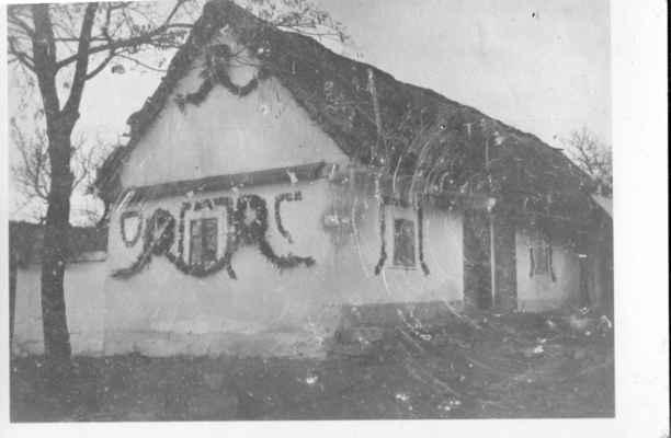 1919 - Losiná 49 - chalupu postavil roku 1816 Jan Němec z čp 31 pro zetě Václava Kesla, od 1841 potom zde bydlí Tomáš Vokoun (z gruntu čp 24 u Trnků) a jeho žena Anna, dcera hajného Václava Kesla, následuje jejich syn Vojtěch Vokoun, který to prodal r. 1882 Martinu Liškovi z Božkova a ten zas r.1926 Vojtěchu Vackovi.  výzdoba na roční oslavy vzniku republiky  http://www.portafontium.eu/iipimage/30560418/soap-pj_00830_obec-losina-1908-1976_1670?x=282&y=67&w=785&h=310