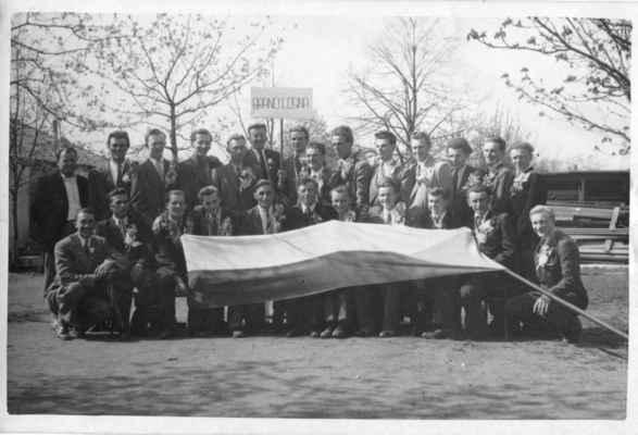 1946 - pováleční branci - 1946 - pováleční branci:  horní řada zleva: x,x, Nekola, Liška ,Mil.Loukota,x,x,Černý (Syreček), Fremr (Holíček), x,x, Lad.Černý, Sláva Batěk, V.Krňoul dolní řada zleva: Havlíček Jos., Nosek Miloslav, x, Krásný Jan?, Fiala Jos., Opalecký?, x,x, M.Laštovka, Velíšek L., Štěpán Miloslav
