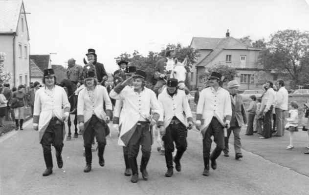 1976 ?- máje - staročeské máje 1976 ? - losinská garda: zleva Pepa Černý, Loukota, salutující Láďa Krýsl  a další ....