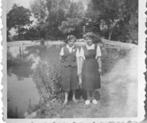 """1957 - malý rybník u Holubů - cca 1957 - děvčata Věra Loukotová - Matulková a Lajpoldová? u dnes již zavezeného """"malého"""" rybníka u Holubů, dnes dětské hřiště"""