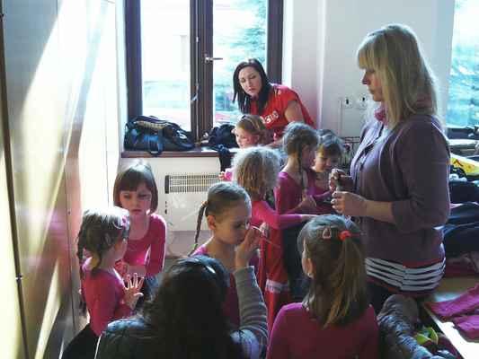 Příprava dětí z mateřské školy Boskovice pracoviště Bílkova k předtančení. Soubor Srdíčko se chystá zahájit dětský karneval 2. března 2014 v Mladkově.