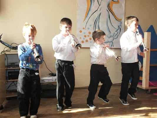 Chlapci napodobují černošskou legendu swingové hudby Louise Daniela Armstronga (1901 – 1971).