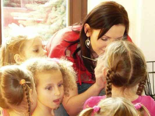 Příprava dětí z mateřské školy Boskovice pracoviště Bílkova k předtančení. Soubor Srdíčko se chystá zahájit dětský karneval 2 . března 2014 v Mladkově.