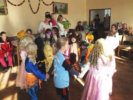 Dětský karneval v Mladkově 2. března 2014 se odehrával v prvním poschodí starobylé školy.