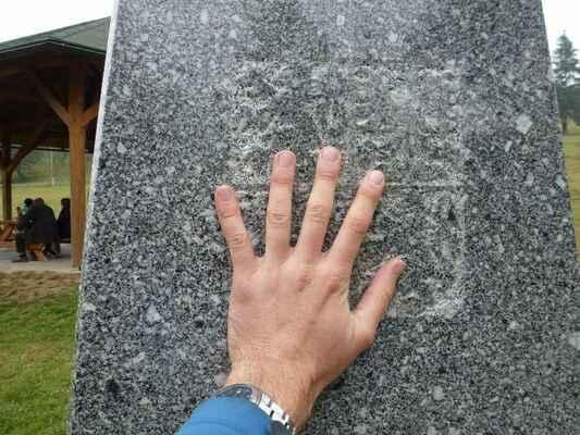 Na české straně - Na obeliscích jsou státní znaky jednotlivých států.