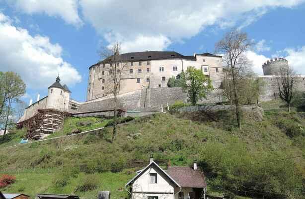 Hrad Český Šternberk ze silnice dolů do městečka. Od Sázavy se kvůli sluníčku fotit nedalo. Z pohledu je patrné historické gotické jádrno celého komplexu na jižní straně (vpravo) a postupné rozrůstání se směrem severním (vlevo). Poslední zásadní úpravou prošel hrad r. 1751, kdy byl dostavěn tzv. dolní zámek hradu při ohradní zdi (vlevo).