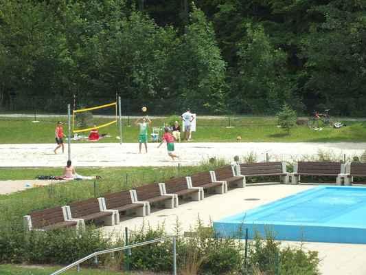 Koupaliště Červená zahrada Boskovice na Blanensku. V pozadí pískové volejbalové hřiště. Utkání Červenka Beach Open 11. července 2013 jsou v plném proudu. Probíhá soutěž mužských dvojic.