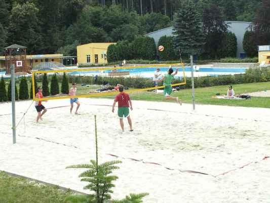 Ukázky z utkání Červenka Beach Open 11. července 2013. Soutěží dvojice mužů. V pozadí zimní stadión.