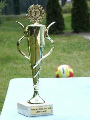 Zlatý pohár pro vítěze s věnováním na podstavci.