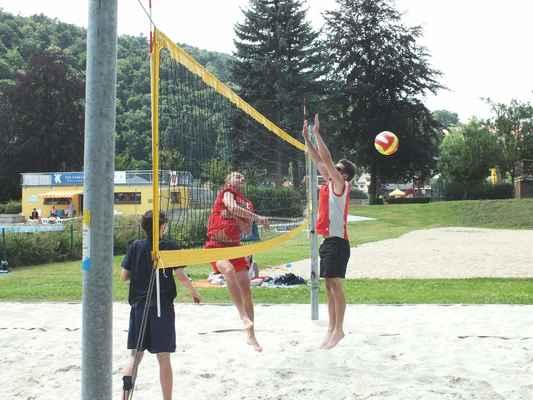Ukázky z utkání Červenka Beach Open 11. července 2013. Soutěží dvojice mužů. Vlevo otec a syn Pánkovi z Brna.