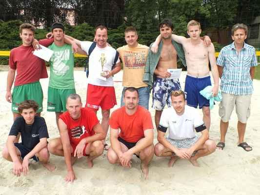 Všichni protagonisté soutěže mužských dvojic Červenka Beach Open 11. července 2013. Vpravo hlavní rozhodčí turnaje Bohumil Feruga.